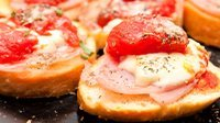 Crostini con prosciutto cotto pomodoro e formaggio-1