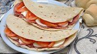 Piadina con salame ungherese mozzarella e pomodoro_16_9