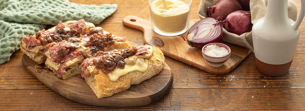 Schiacciata Toscana con sbriciolona, mozzarella, crema di carciofi e cipolla caramellata